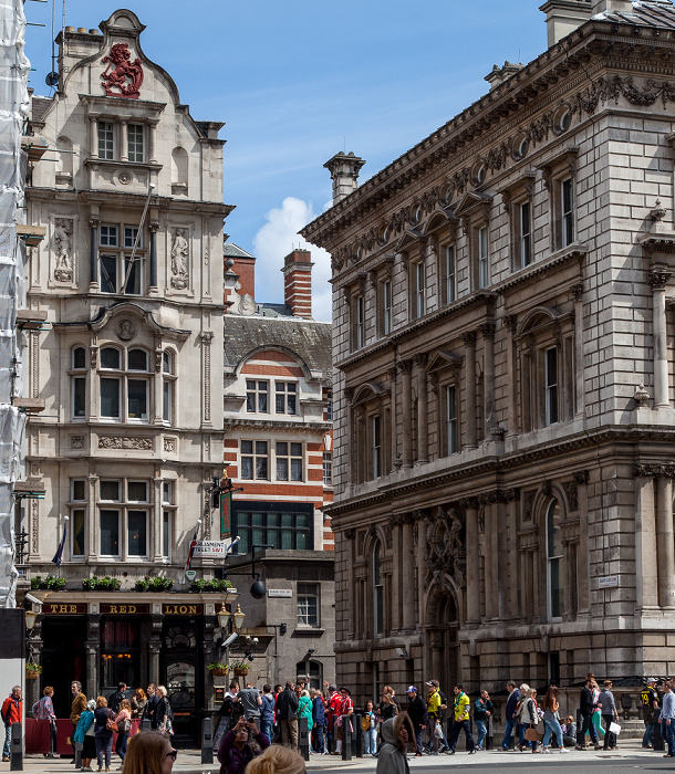 City of Westminster: Parliament Street - The Red Lion (links), 1 Derby Gate (rechts) London