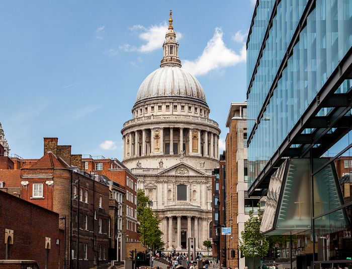 City of London (von vorne): Peter's Hill, Sermon Lane, St Paul's Cathedral London 2013