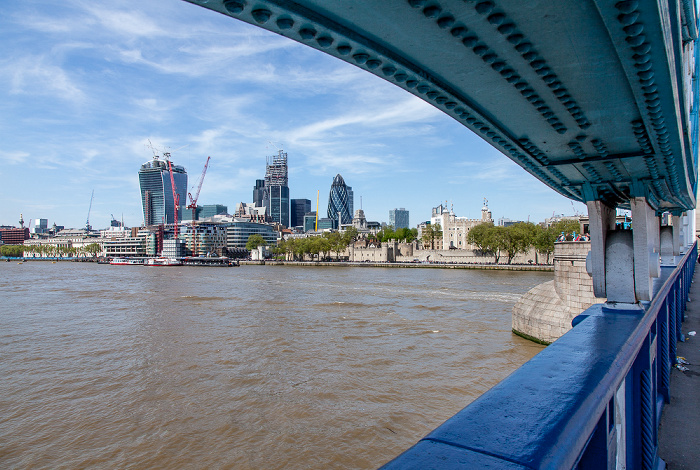 Blick von der Tower Bridge: Themse, City of London London