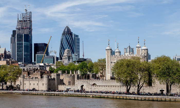 Blick von der Tower Bridge: Themse, City of London und Tower of London London
