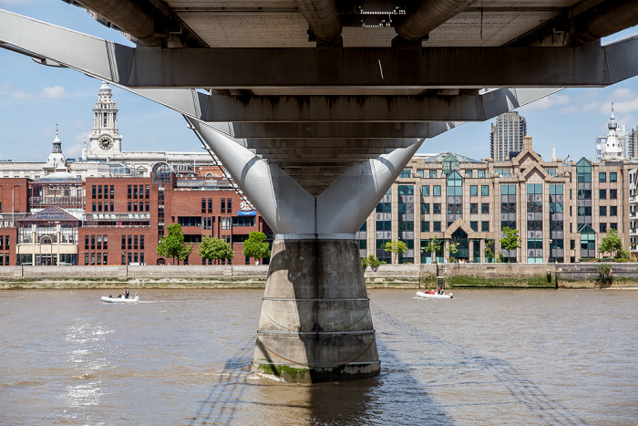 Blick von Bankside: Millennium Bridge, Themse London