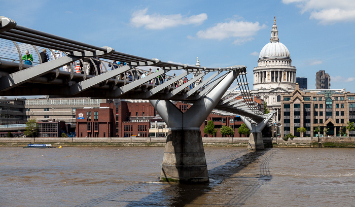 Blick von Bankside: Millennium Bridge, Themse, St Paul's Cathedral London