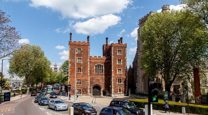 London Lambeth: Lambeth Palace Road - Lambeth Palace und (teilweise verdeckt) St Mary-at-Lambeth