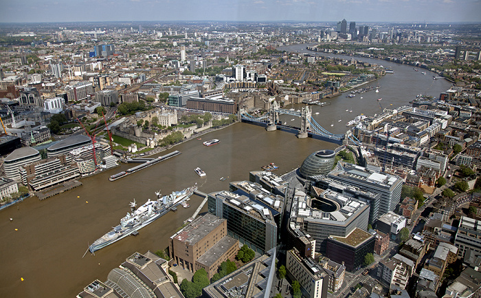 London Blick von The Shard: Themse mit der HMS Belfast und der Tower Bridge City Hall Docklands More London Olympiapark Olympiastadion Tower of London