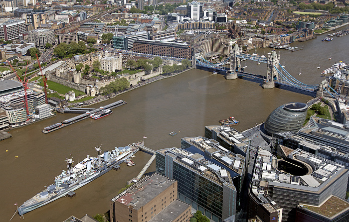 Blick von The Shard: Tower of London, Tower Bridge über die Themse, City Hall HMS Belfast More London Southwark Southwark Crown Court