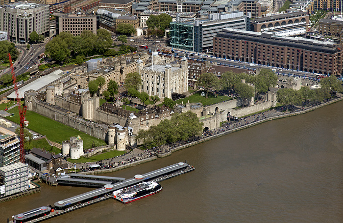 Blick von The Shard: Tower of London und Themse Tower Millennium Pier