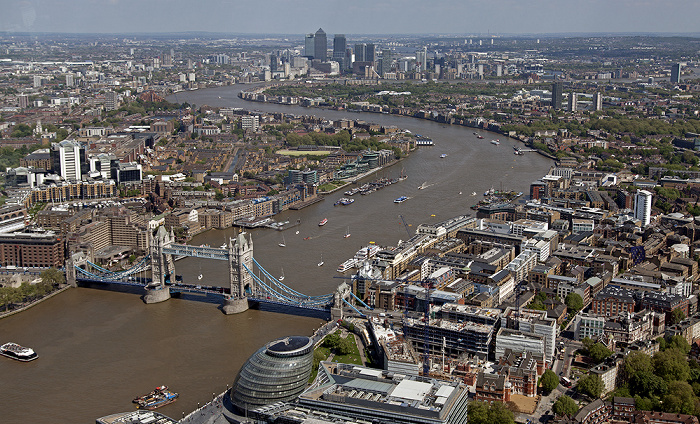 London Blick von The Shard: Themse mit Tower Bridge City Hall Docklands