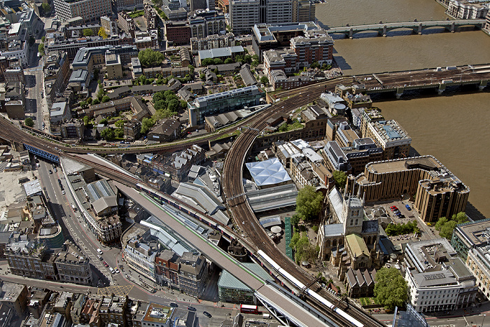 London Blick von The Shard: Southwark - Borough Market und Southwark Cathedral Cannon Street Railway Bridge Minerva House Southwark Bridge Themse