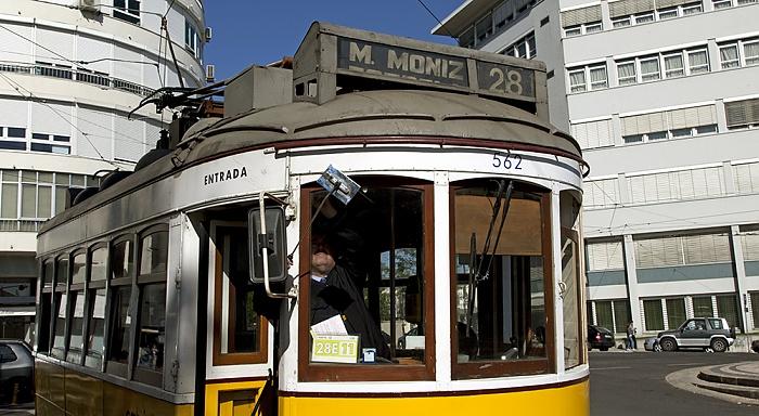 Lissabon Praça São João Bosco: Eléctrico 28 - Endhaltestelle Campo Ourique (Prazeres)
