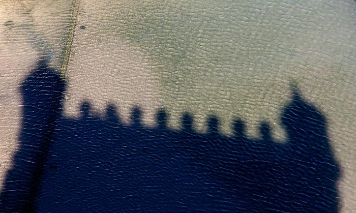 Lissabon Belém: Schatten des Torre de Belém im Tejo