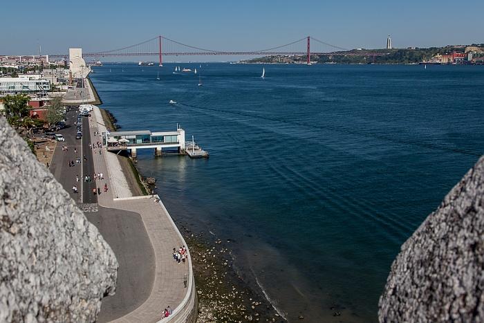 Lissabon Belém: Blick vom Torre de Belém Padrão dos Descobrimentos Ponte 25 de Abril Tejo