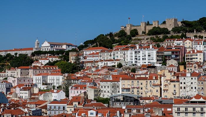Blick vom Elevador de Santa Justa: Convento da Graça (links) und das Castelo de São Jorge Lissabon 2013
