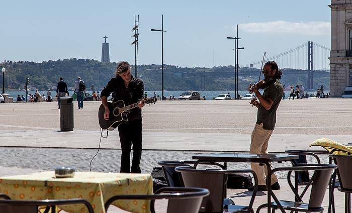 Lissabon Baixa: Praça do Comércio - Straßenmusiker Ponte 25 de Abril