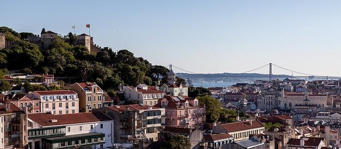 Blick vom Miradouro da Graça: Castelo de São Jorge und die Ponte 25 de Abril über den Tejo Lissabon