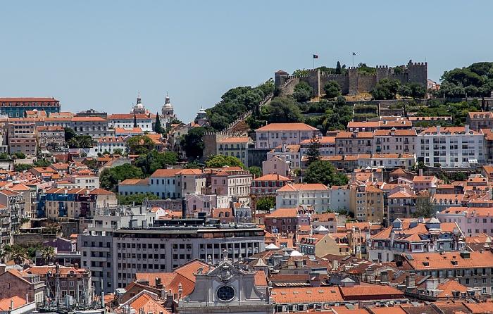 Blick vom Miradouro de São Pedro de Alcântara: Castelo de São Jorge Lissabon
