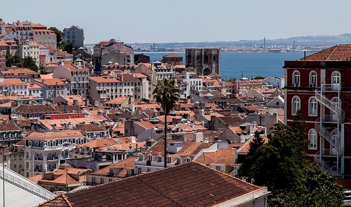 Blick vom Miradouro de São Pedro de Alcântara: Baixa, Catedral Sé Patriarcal (Igreja de Santa Maria Maior) und Tejo Lissabon