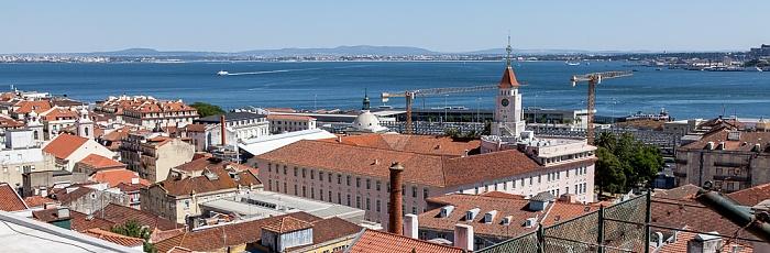 Lissabon Blick vom Miradouro de Santa Catarina: Cais do Sodré - Mercado da Ribeira Tejo
