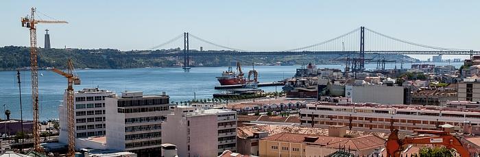 Lissabon Blick vom Miradouro de Santa Catarina: Ponte 25 de Abril über den Tejo