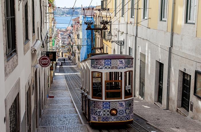 Bairro Alto: Rua da Bica de Duarte Belo - Elevador da Bica Lissabon