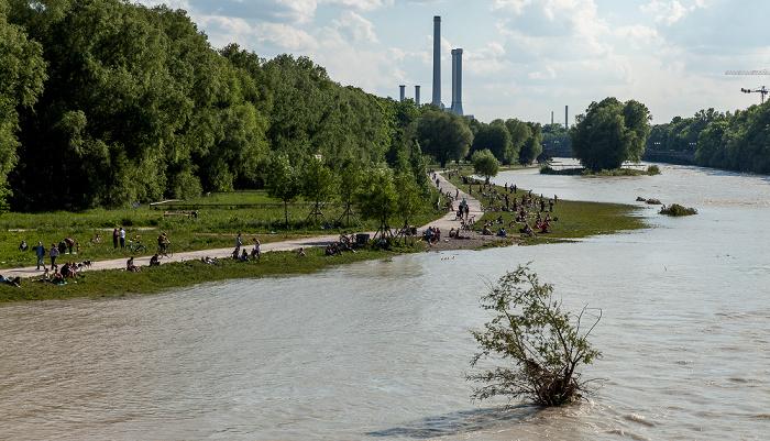 München Blick von der Reichenbachbrücke: Isar mit Hochwasser Heizkraftwerk München-Süd