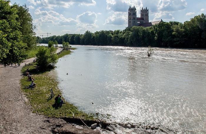München Blick von der Reichenbachbrücke: Isar mit Hochwasser St. Maximilian