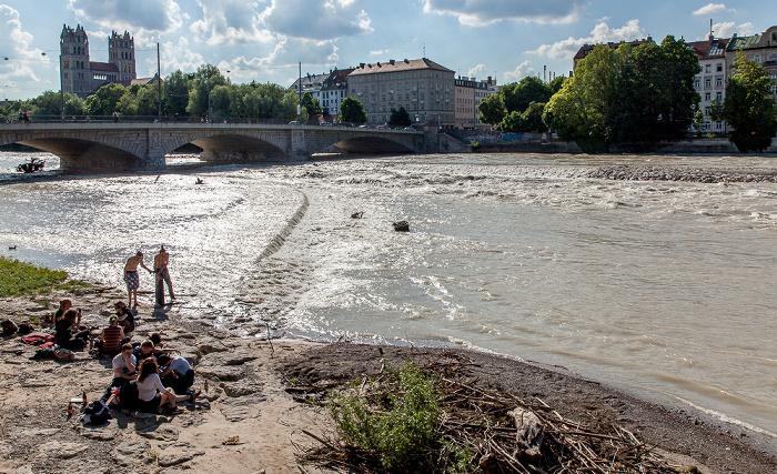 München Isar mit Hochwasser Reichenbachbrücke St. Maximilian