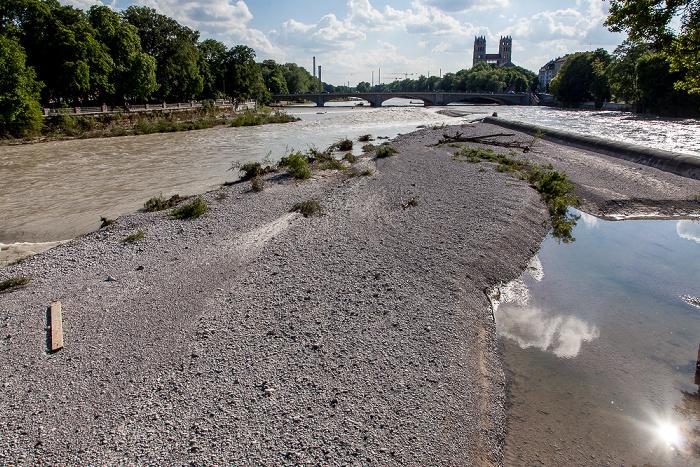 München Blick von der Corneliusbrücke: Isar mit Hochwasser Reichenbachbrücke St. Maximilian