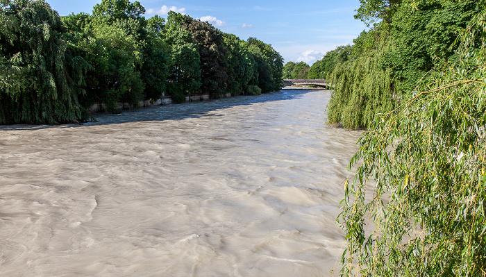 München Blick von der Boschbrücke: Isar mit Hochwasser
