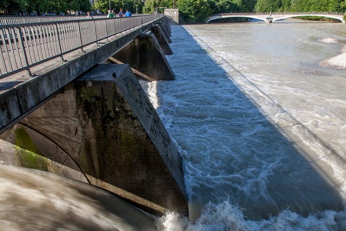 München Wehrsteg, Isar mit Hochwasser Kabelsteg