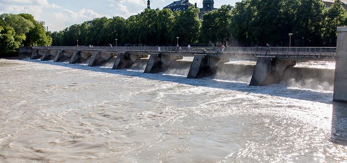 München Blick vom Kabelsteg: Isar mit Hochwasser, Wehrsteg