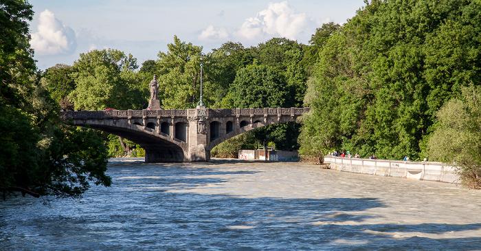 München Blick vom Kabelsteg: Isar mit Hochwasser, Maximiliansbrücke Maximiliansanlagen Praterinsel