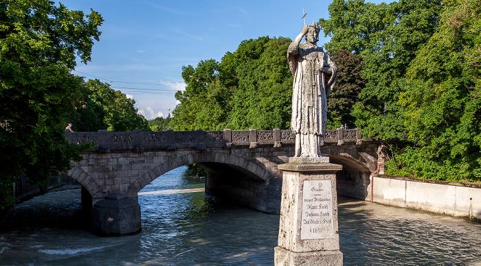 München Praterwehrbrücke: Steinfigur des hl. Johannes von Nepomuk, Isar mit Hochwasser Friedensengel Maximiliansbrücke