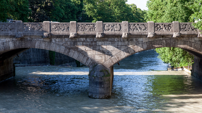 München Blick von der Praterwehrbrücke: Isar mit Hochwasser, Maximiliansbrücke