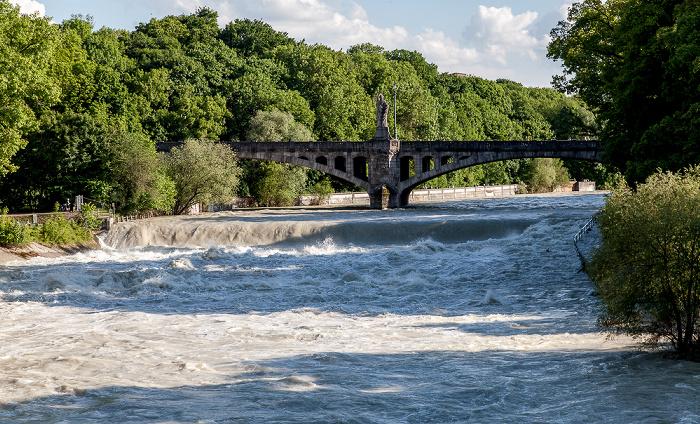 München Isar mit Hochwasser, Maximiliansbrücke Maximiliansanlagen