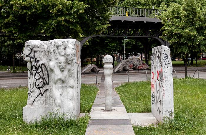 "Kreuzberg: Oberbaumstraße - Skulpturengruppe ""Menschen in der Stadt"" (von Mehmet Aksoy) Berlin"