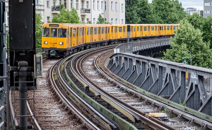 Kreuzberg: Blick vom U-Bahnhof Schlesisches Tor - Viadukt der Linie U1 mit einfahrender U-Bahn Berlin