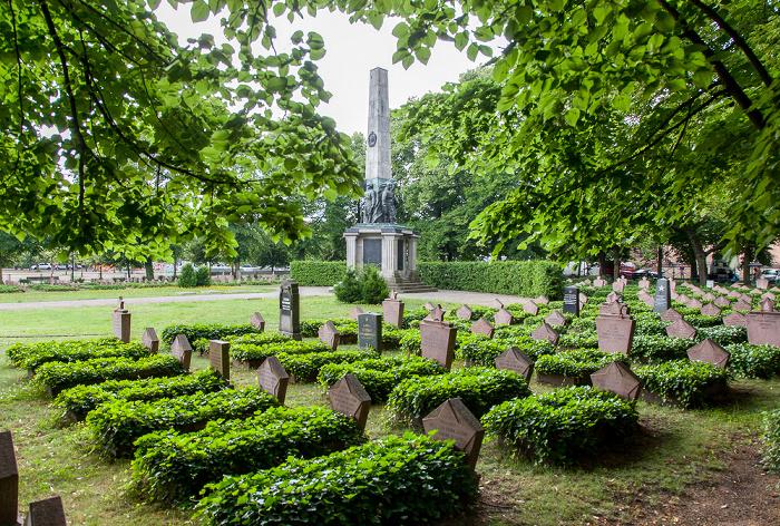 Potsdam Bassinplatz: Sowjetischer Ehrenfriedhof mit Obelisk