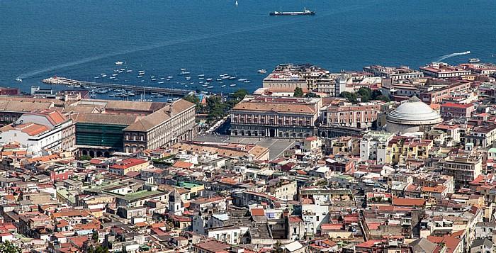 Blick vom Castel Sant' Elmo: Centro Storico, Hafen (Porto di Napoli), Golf von Neapel Neapel