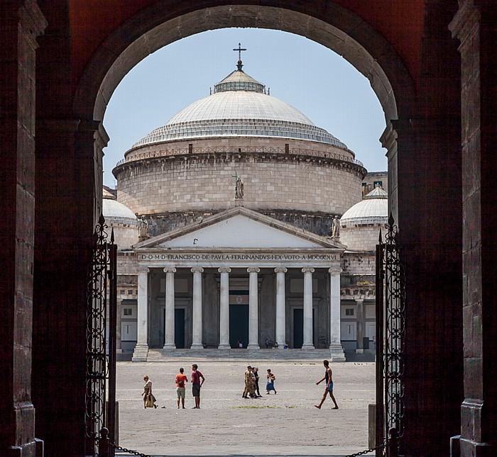 Centro Storico: Blick aus dem Palazzo Reale di Napoli auf Piazza del Plebiscito und San Francesco di Paola Neapel