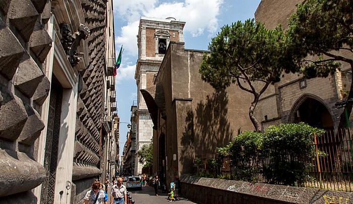 Centro Storico: Chiesa del Gesù Nuovo (Trinità Maggiore) (links) und Basilica di Santa Chiara Neapel