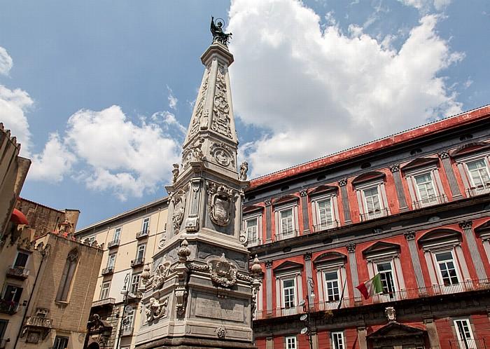 Centro Storico: Piazza San Domenico Maggiore - Obelisco di San Domenico und Palazzo Saluzzo di Corigliano Neapel