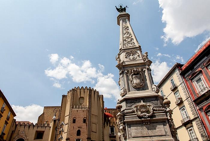 Centro Storico: Piazza San Domenico Maggiore - Obelisco di San Domenico und Chiesa di San Domenico Maggiore Neapel