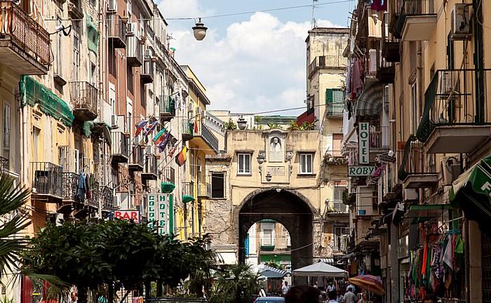 Centro Storico: Via Nolana, Porta Nolana Neapel