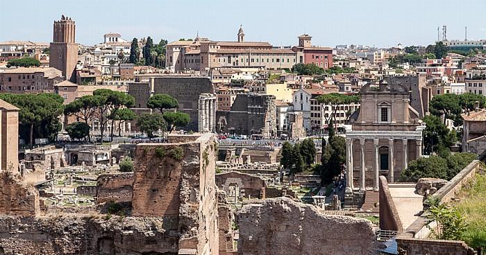 Blick vom Palatin: Forum Romanum Päpstliche Universität Heiliger Thomas von Aquin Tempel des Antonius und der Faustina Torre delle Milizie