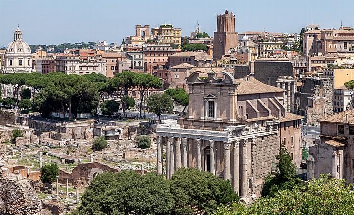 Blick vom Palatin: Forum Romanum - Tempel des Antonius und der Faustina Santi Luca e Martina Torre delle Milizie
