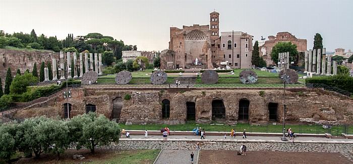 Blick vom Kolosseum: Tempel der Venus und der Roma Palatin Santa Francesca Romana