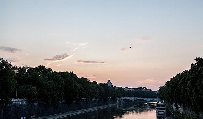 Rom Blick von der Ponte Sisto: Tiber, Ponte Giuseppe Mazzini Petersdom Regola Trastevere