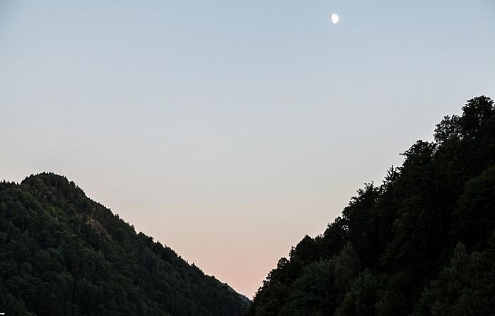 Obermühl an der Donau Mondaufgang über dem Böhmischen Massiv