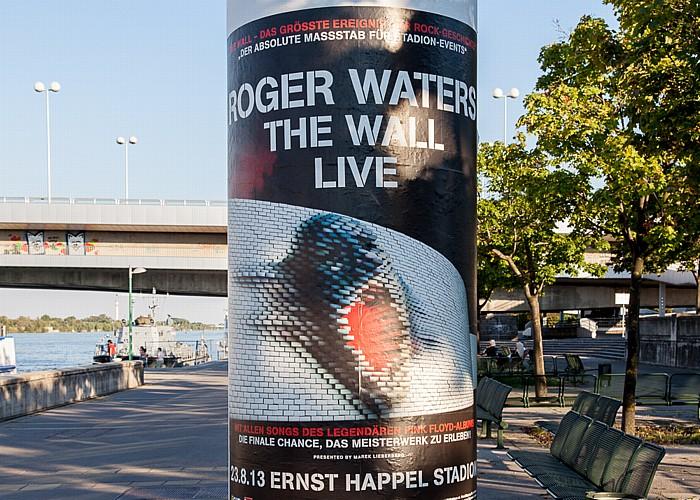 Wien Handelskai: Plakat für das Roger Waters-Konzert The Wall Live im Ernst-Happel-Stadion