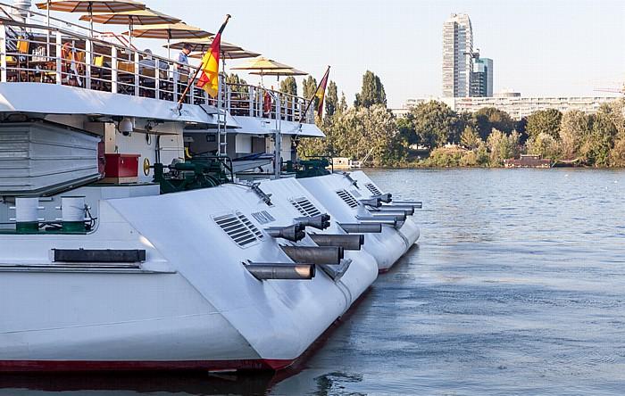 Wien Handelskai: Donau - a-riva Schiffe mia (vorne) und riva Donau City Mischek Tower Saturn Tower